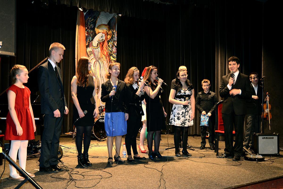 Wszyscy, którzy występowali w koncercie kolędowym, stoją na scenie