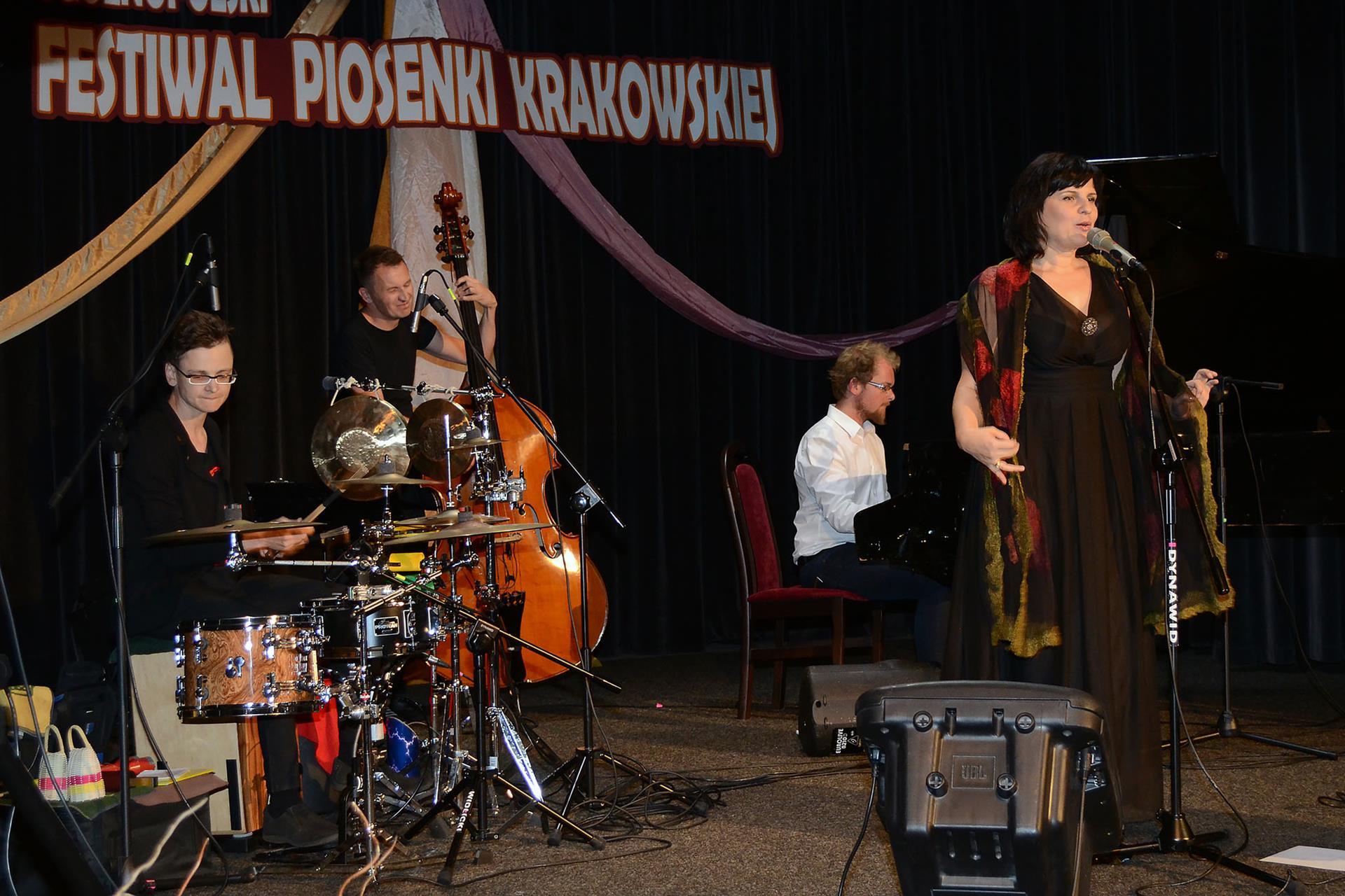Basia Stępniak - Wilk ze swoim zespołem.