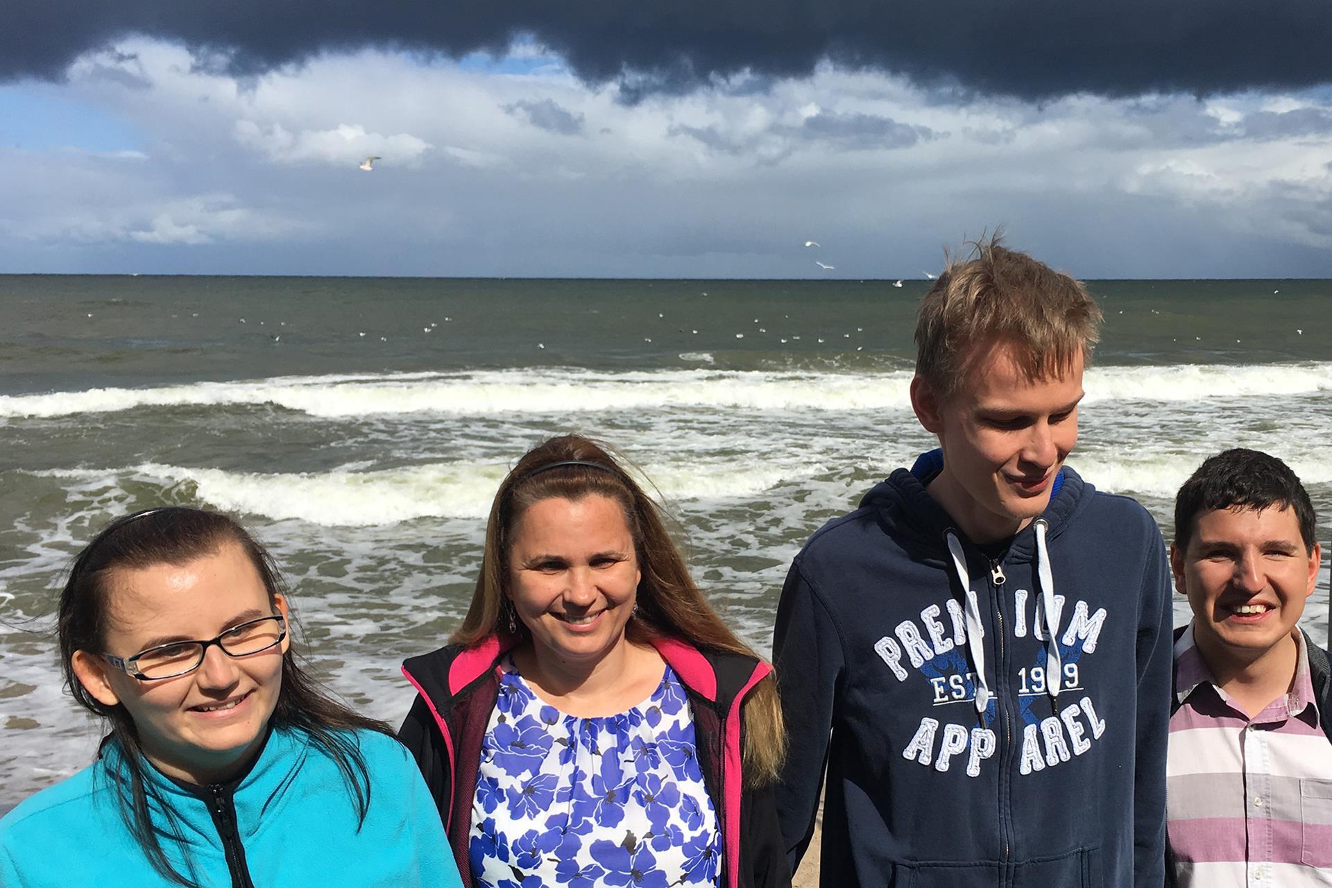 Uczestnicy warsztatów na tle morza.