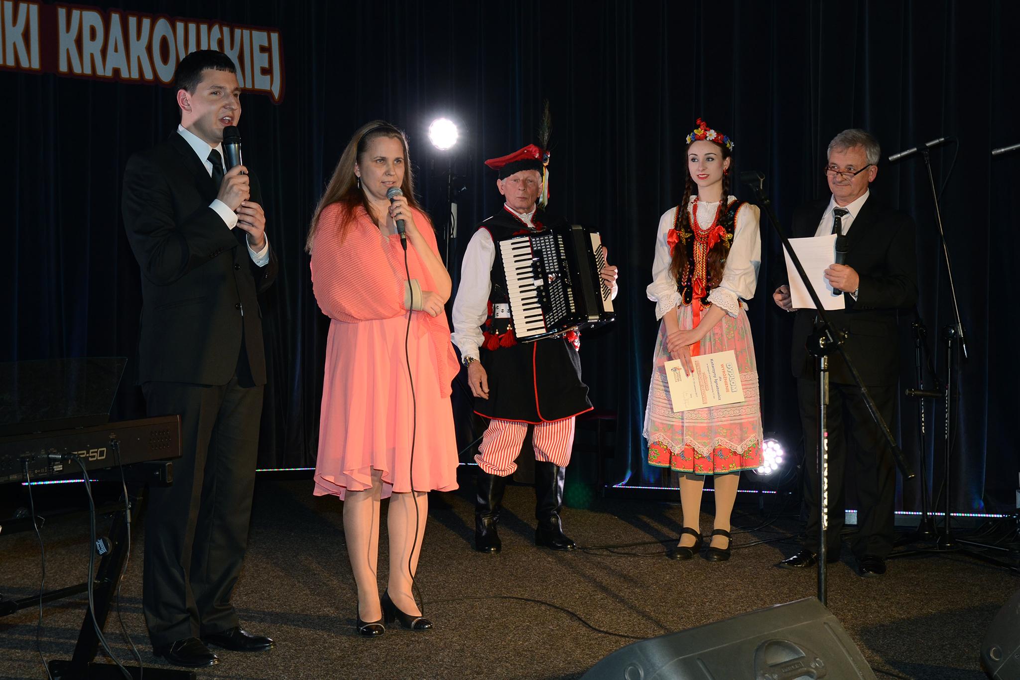 Prezes Fundacji Monika Flaga i viceprezes Adrian Wyka przemawiają. Oprócz nich na scenie stoi laureatka festiwalu, jej akompaniator i konferansjer Festiwalu