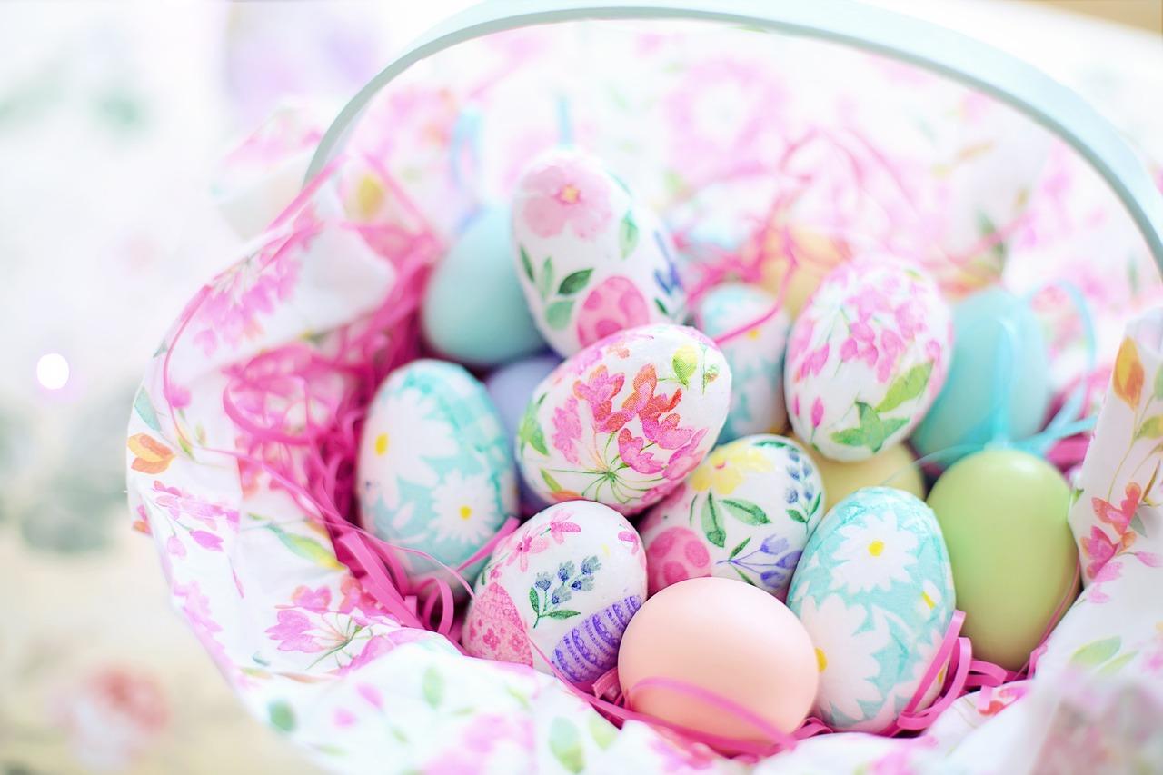 Koszyk wypełniony pisankami w pastelowych kolorach