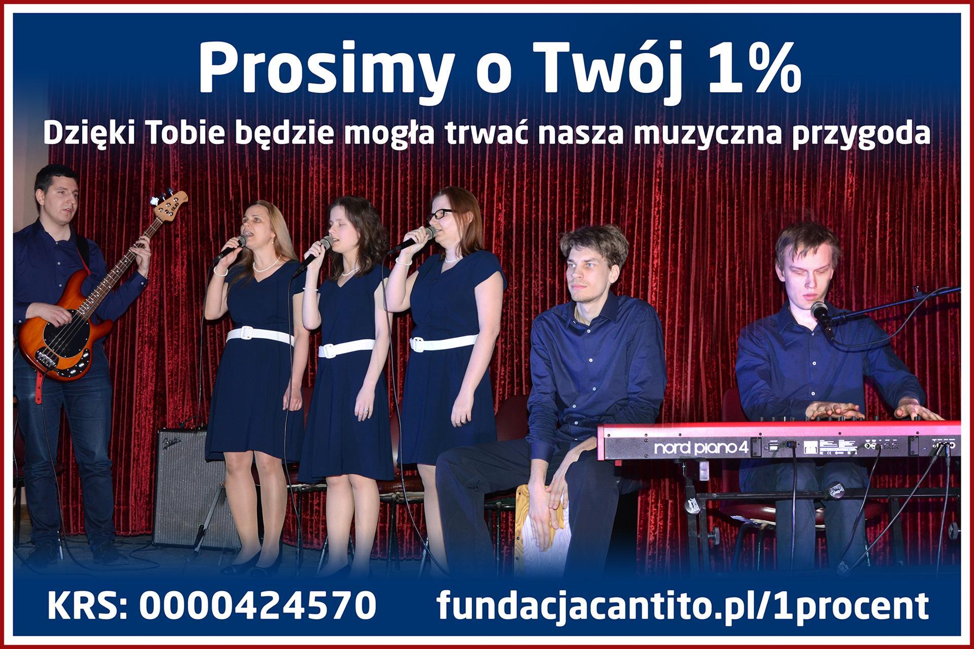 Zdjęcie z koncertu. Na scenie 3 kobiety i 3 mężczyzn. Kobiety śpiewają, a mężczyźni grają na instrumentach: Pianino elektryczne, cajon i gitara basowa. Na górze zdjęcia napis: Prosimy o Twój 1% Dzięki Tobie będzie mogła trwać nasza muzyczna przygoda. Na dole: KRS: 0000424570 fundacjacantito.pl/1procent