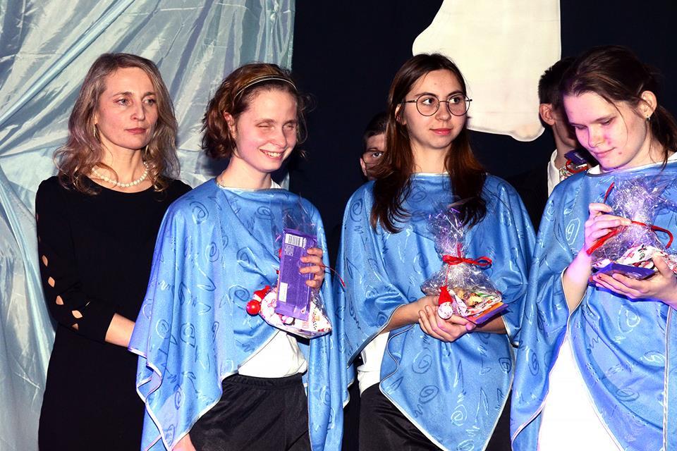Na zdjęciu znajdują się cztery dziewczyny. Druga od lewej to Danusia.