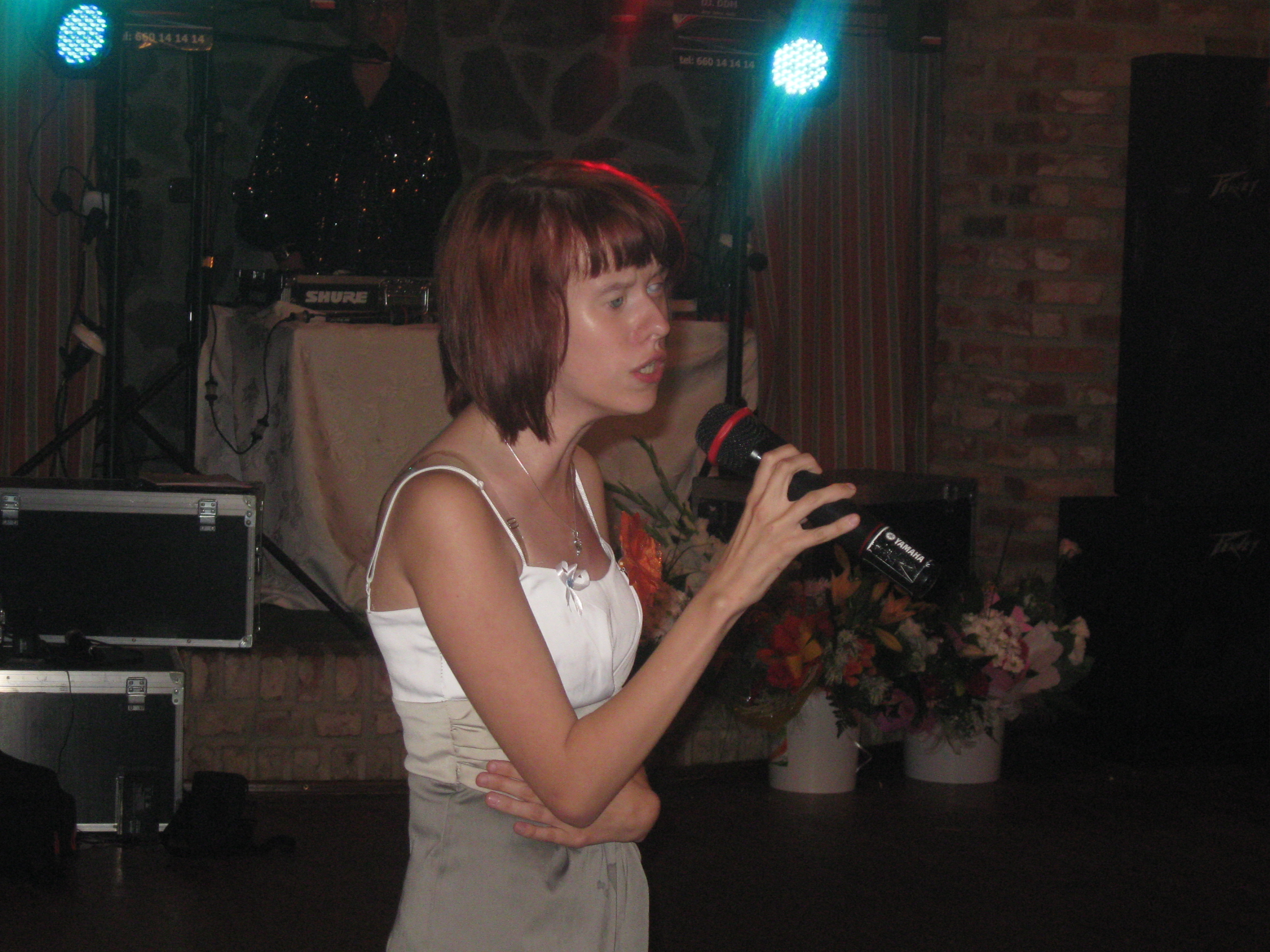 Ela stoi, śpiewa.
