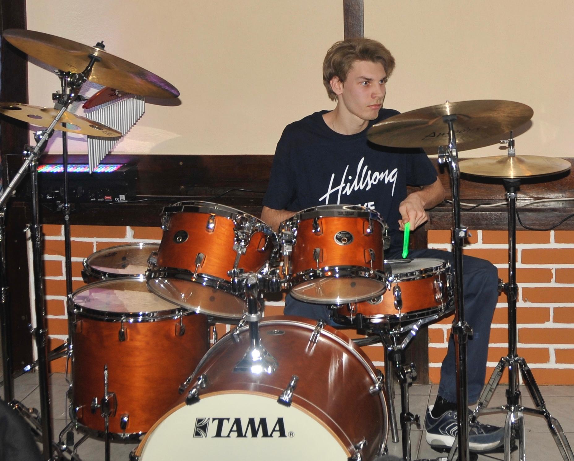 Mateusz gra na perkusji.